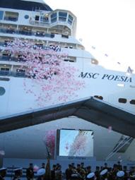 約9万トンの、最新客船が就航_b0053082_21395414.jpg