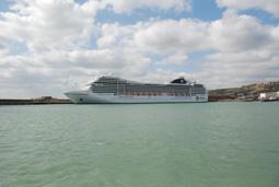 約9万トンの、最新客船が就航_b0053082_2140725.jpg