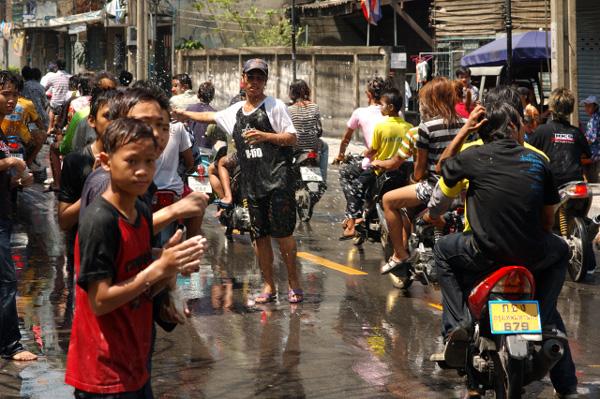 タイの水掛祭り ソンクラーン'08 (1)_b0131470_23583243.jpg