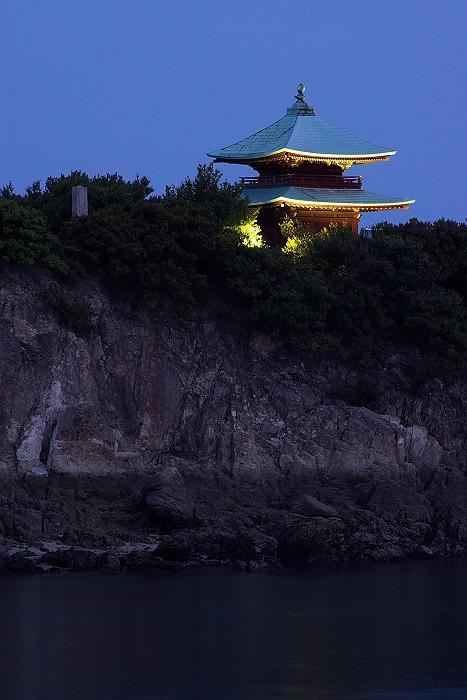 夕暮れに浮かぶ弁天島_c0152379_1854724.jpg