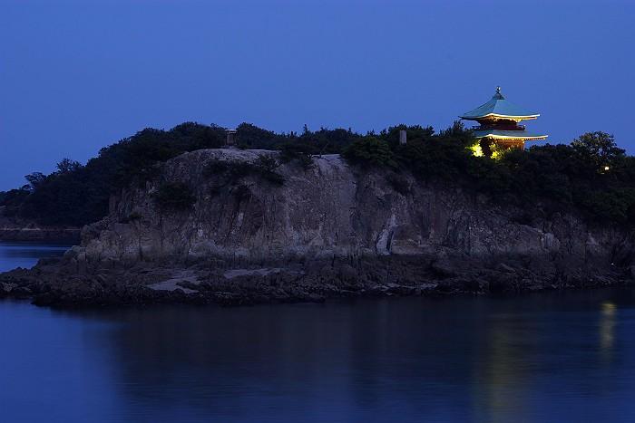 夕暮れに浮かぶ弁天島_c0152379_185559.jpg