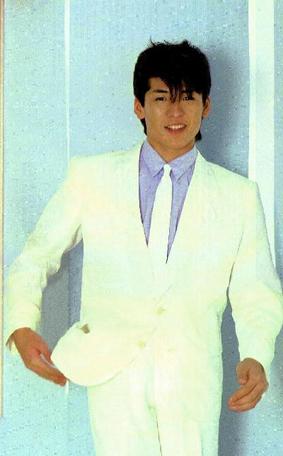 白スーツの吉川晃司