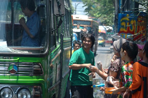 タイの水掛祭り ソンクラーン'08 (2)_b0131470_0352477.jpg