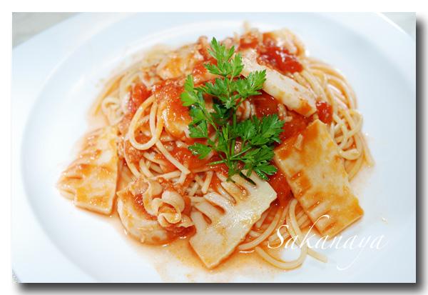 ニンニクが効いたイタリアンな味がおいしい!「ホタテのトマトソースパスタ」【レシピ付き】
