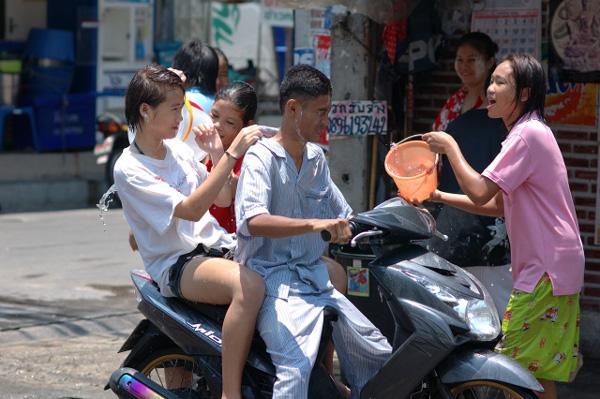 タイの水掛祭り ソンクラーン'08 (3)_b0131470_16343491.jpg