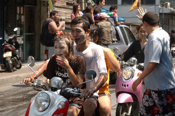 タイの水掛祭り ソンクラーン'08 (3)_b0131470_16351021.jpg