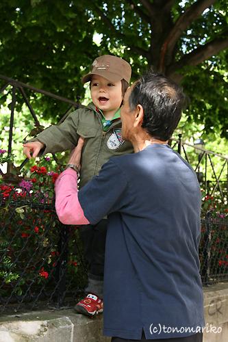 大好きなおじいちゃんとお散歩_c0024345_17294640.jpg