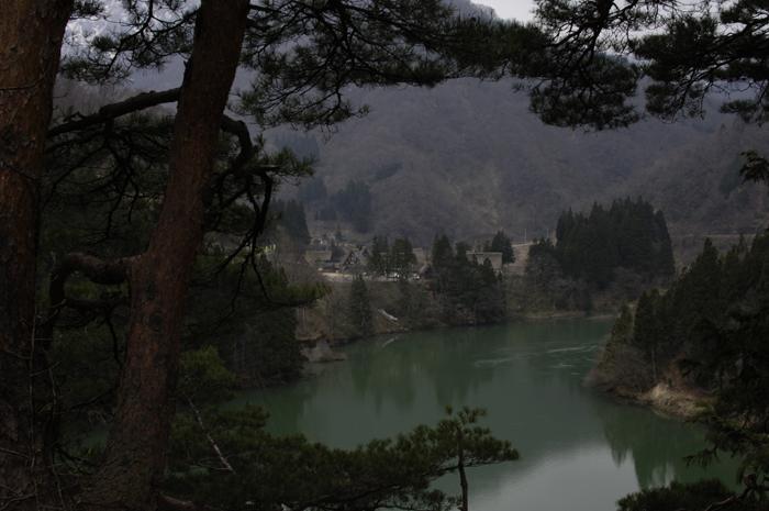 少し離れた所から、確か庄川だったかな?緑色の川と集落を撮ってみました。