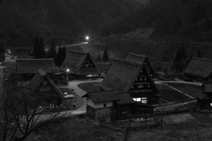 白黒ですが、人通りもまったくなくなった菅沼集落です。合掌造りには普通に生活しており夕飯の準備をする光が窓からこぼれてました。