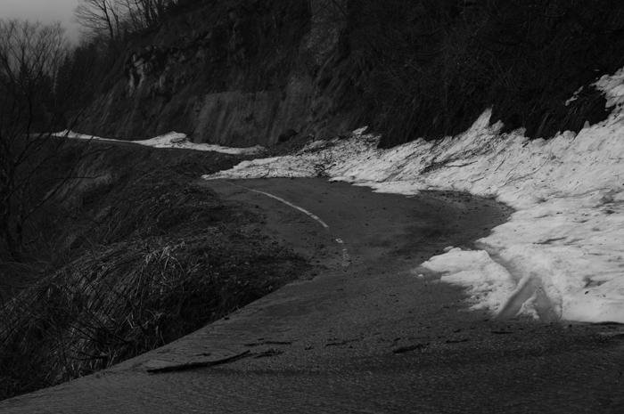 自分の記憶だともう少しで着くぐらいまで走れましたが、残雪で道が覆われ進むことができなくなりました。残念すっ。