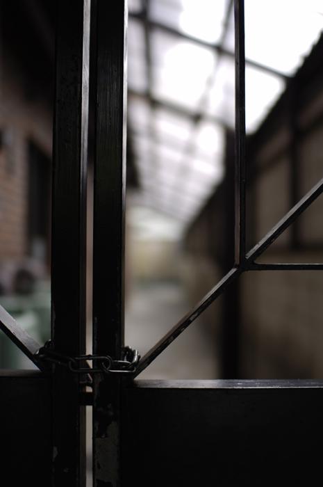 施錠している鉄の門とその奥にある空間だけです。これも京都・・・