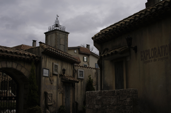窓にある星がどんな感じの所にあるかわかるような写真です。洋風の建物に囲まれたミュージアムでした。