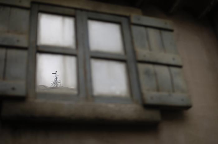 ガラスの窓に小さく写る星のオブジェがありました。この星は塔の天辺にあるのです。