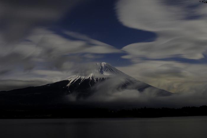 夜中の富士山です。月明かりで山頂の雪がはっきり確認できます。雲の多い日で風で流れている感じもわかります。自分はその瞬間天才じゃ!と思って後からアホだなぁと感じた一枚すっ(笑)