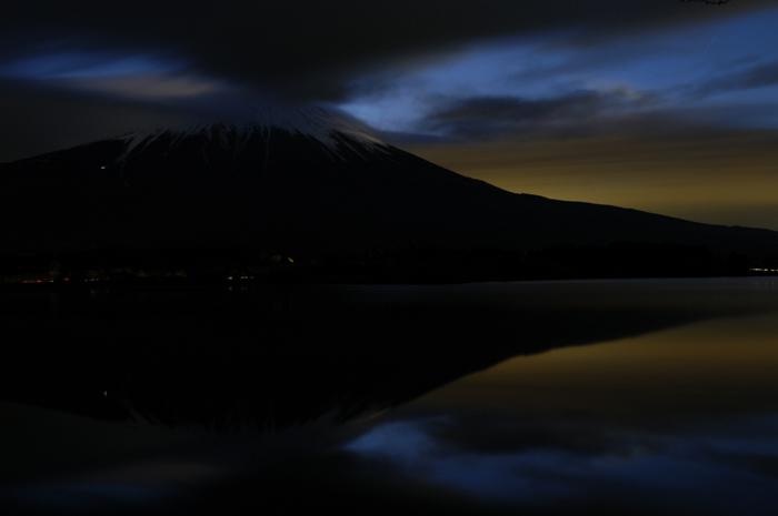 早朝4時の富士山です。少し逆さ富士ぽくなっており、東の空がオレンジ色に染まってきました。