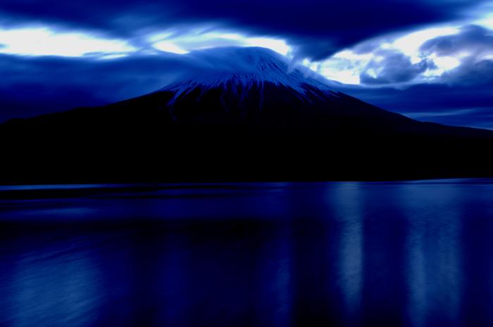 田貫湖と富士山そして背景は真っ青な空と湖面に映りこんだ青い空です。自然な色ではなく蛍光色の強い青で、少しばかりいじった富士山です。