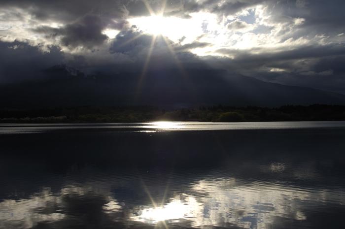 たまたま田貫湖にお邪魔した時が田貫湖からダイヤモンド富士が撮れる日でした。年に二度あるみたいです。日が昇ってからは雲が広がり太陽が山頂から顔を出した時には雲の隙間から少し光がさす程度でした。