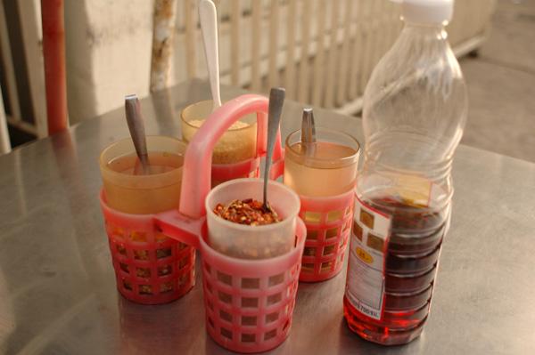 タイの調味料セットと好奇心的風景_b0131470_18355515.jpg