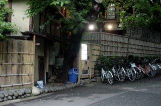 上野公園の竹垣擬態自動販売機_a0003909_6411224.jpg