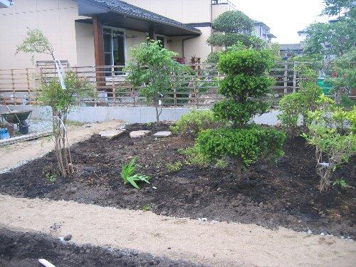 庭木の移植・内装クロス・設備取付他_c0152234_2029463.jpg