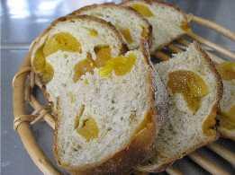 アプリコットのパンと石挽き粉のパン_f0007061_9224527.jpg