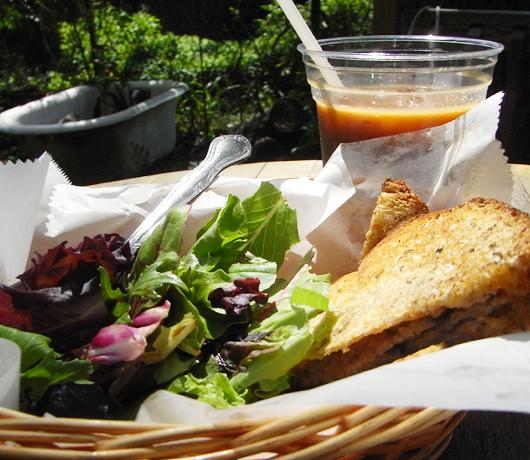 アトランティック・アベニューの地元カフェ Flying Saucer Cafe_b0007805_19393930.jpg