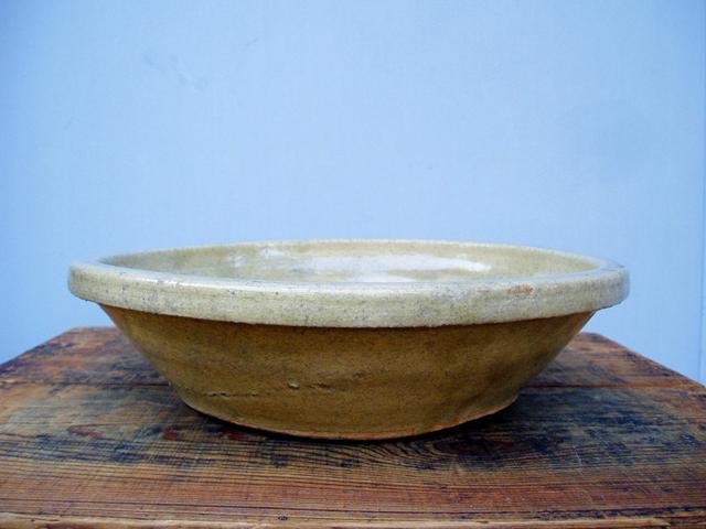 黄色味の強い石皿と比べ灰色が ...
