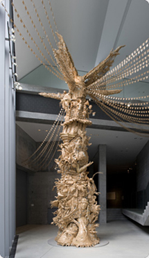 新聞紙とガムテープを使って作られた巨大な彫刻