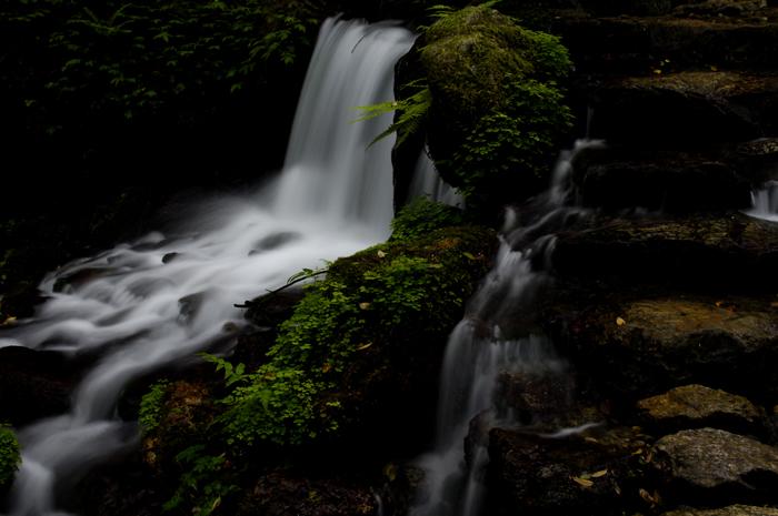 小さな滝ですが幾重にも流れが変化してずーっと眺めていても飽きることのない場所です。