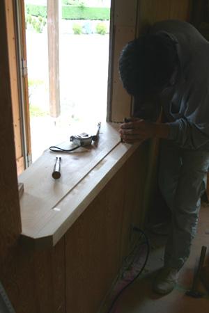 ヒノキの窓台に溝を彫る_d0082238_23413525.jpg
