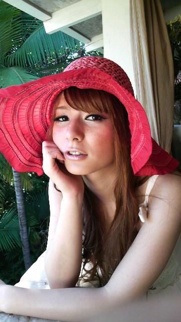 赤い麦わら帽子をかぶっているスザンヌ