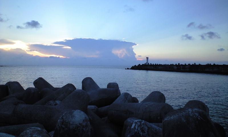 日本最西端の夕日 与那国島 久部良港から(携帯)_a0107574_1935570.jpg