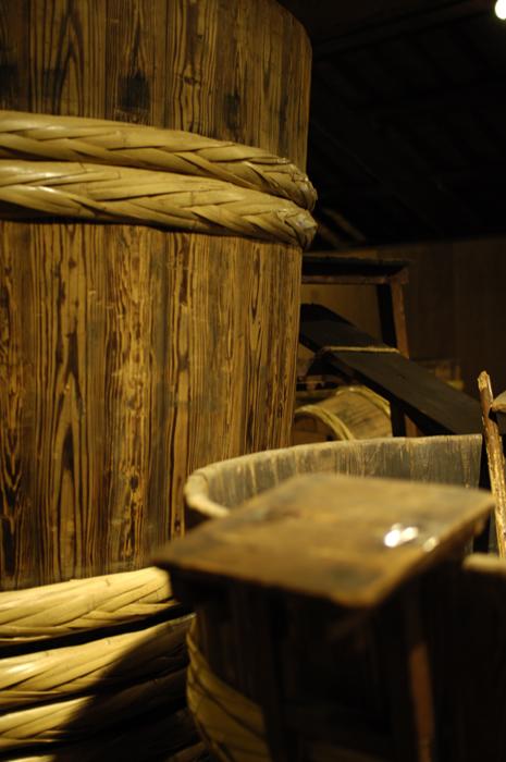 でっかい木の樽というか桶というか、ずらりとならんでいました。繊細な仕事というより力仕事だったように感じました。
