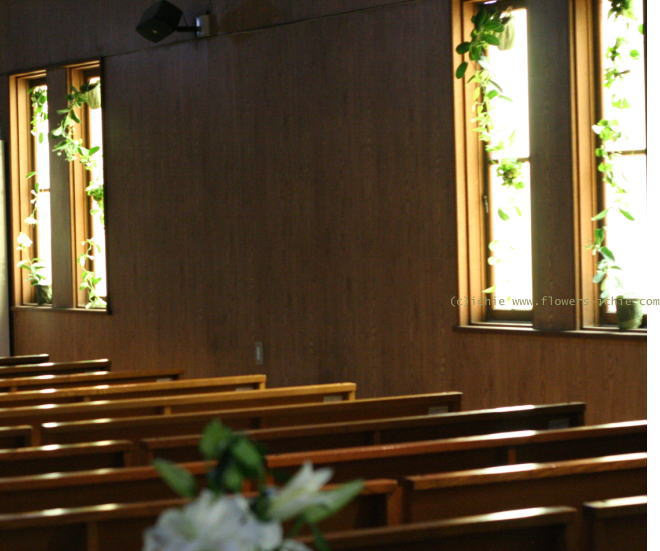 教会装花 ユリのバージンロード装花と窓 大森めぐみ教会_a0042928_22231089.jpg