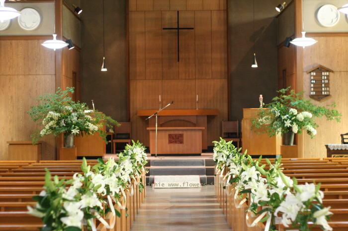 教会装花 ユリのバージンロード装花と窓 大森めぐみ教会_a0042928_22231925.jpg