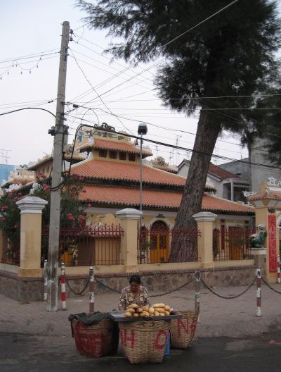 寺院とフランスパン_f0055745_21274437.jpg