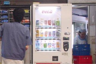 なぜかこの時期甘酒を売る秋葉原駅の自動販売機_a0003909_7302645.jpg