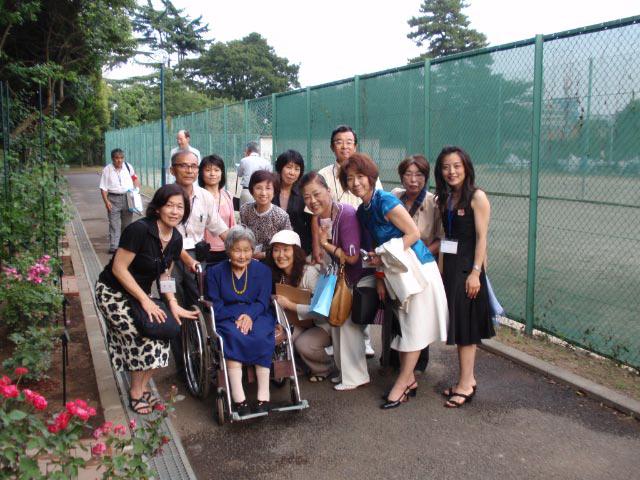 駒場バラ会 最高の金曜日!セレモニーにておばあちゃまを囲む_a0094959_23451796.jpg