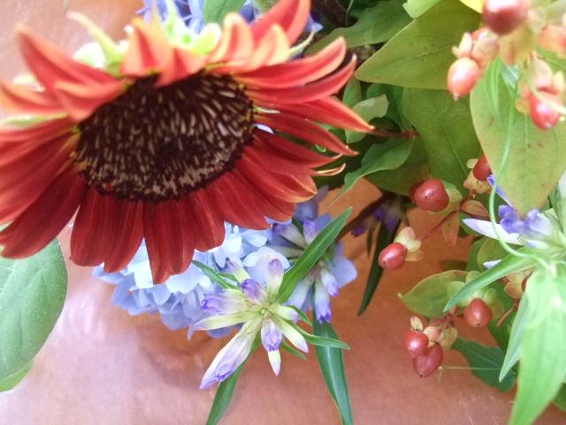 オークリーフ(茶色の向日葵と水色の紫陽花の花束)_f0049672_13452781.jpg