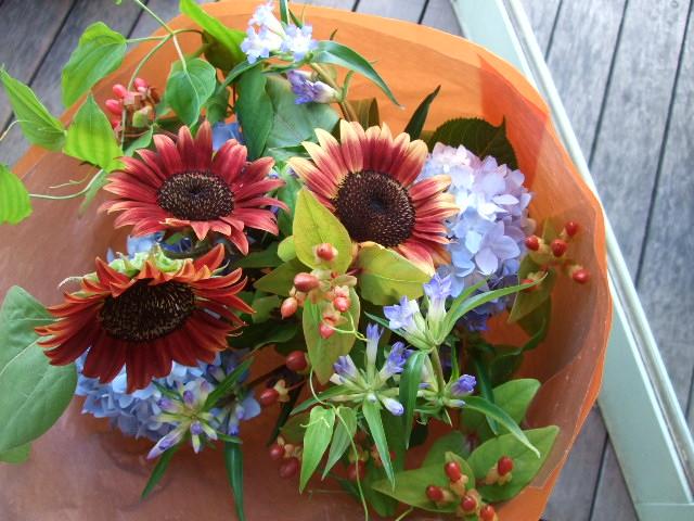 オークリーフ(茶色の向日葵と水色の紫陽花の花束)_f0049672_1353429.jpg