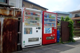 塀の間の自動販売機_a0003909_723945.jpg