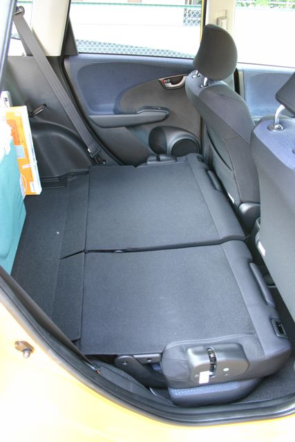 後部座席も足元に収納されて後部座席と荷台がフラットになってくれるもしもう... Fitの荷台&a