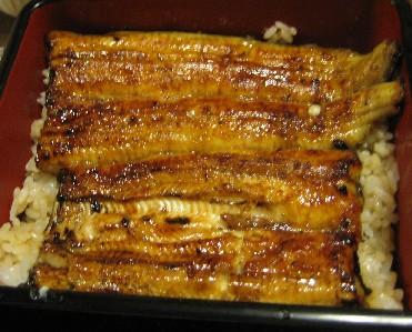 ●うな重東京風の鰻は、関西の「腹開き」に対して、鰻を「背開き」にし、焼く... ◆ Mangia