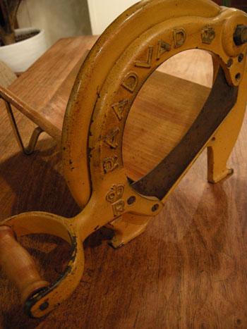 Bread slicer (DENMARK)_c0139773_193636100.jpg