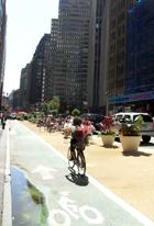 バイクレーンに続いてニューヨークに駐輪場が登場_b0007805_2291715.jpg