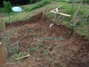 畑に物置小屋が出来るまで 2_c0063348_2247532.jpg