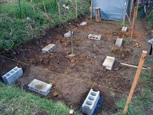 畑に物置小屋が出来るまで 2_c0063348_2249619.jpg