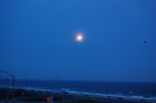 満月とオーロラのような夕日でした_f0088456_8484591.jpg