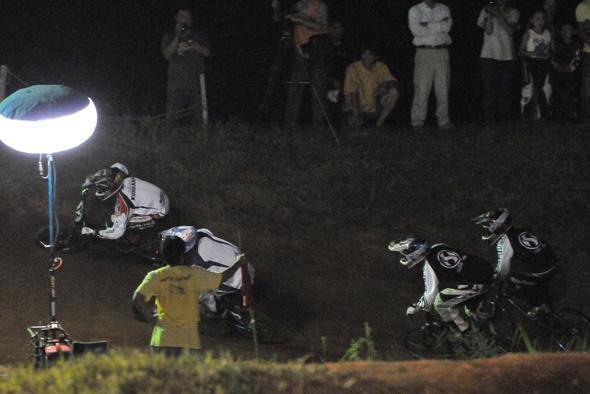 2008緑山ジャパンオープンナイトレースVOL 6:BMXエキスパートクラス決勝_b0065730_6572410.jpg