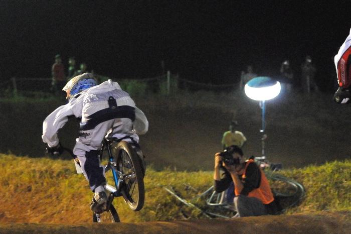 2008緑山ジャパンオープンナイトレースVOL 6:BMXエキスパートクラス決勝_b0065730_761395.jpg
